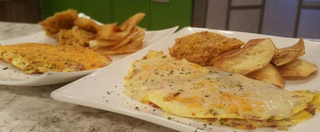 Omelette de jamon, pollo y queso