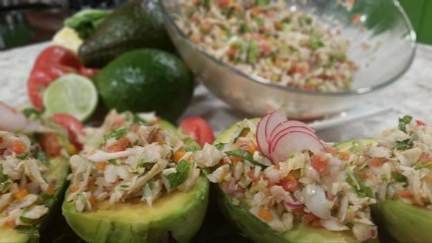 Aguacates rellenos de ensalada de bacalao