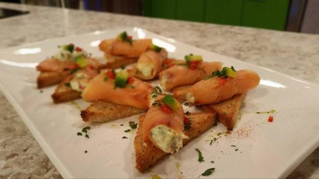 Bruschettas de salmón ahumado, queso y aguacate